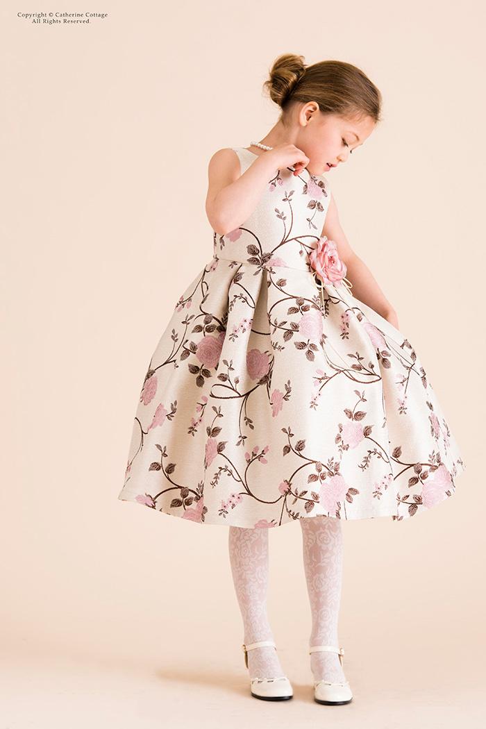 18f447e6b4e5e その素材ゆえのぷっくりとしたシルエットもこのドレスの魅力です。地はシャンパンゴールドの明るい色味なので、発表会や結婚式など晴れの日にぴったり。