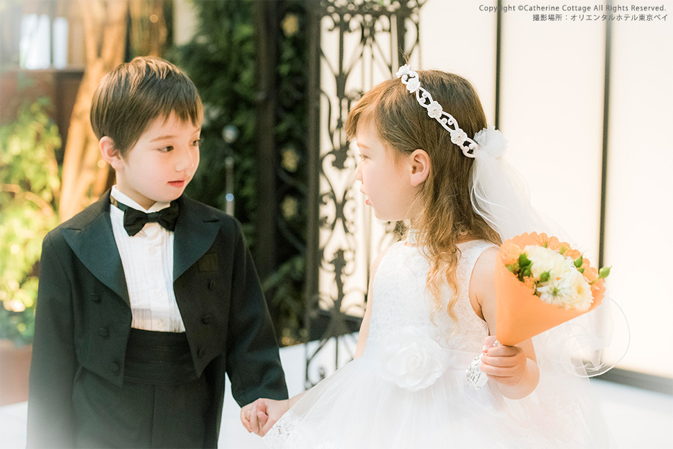 結婚式コーディネートの女の子と男の子